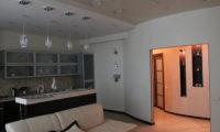 Двухуровневый натяжной потолок как способ зонирования помещения