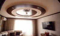 Двухуровневый потолок для зала как оптимальный вариант
